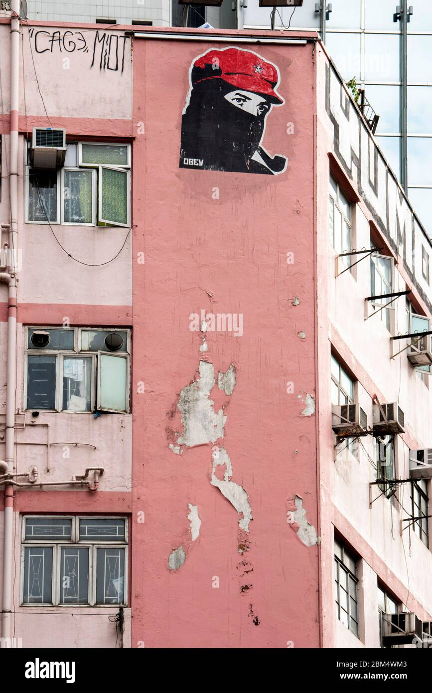 """Hong Kong, China: 28 de enero de 2019. Cartel de ARTE de LA artista SHEPARD Fairey. La imagen de """"obedecer"""" se ve en la insignia de estrella del capuchón rojo. Jayne Russell/Alamy Foto de stock"""