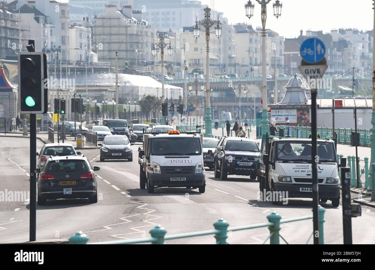 Brighton UK 7 de mayo de 2020 - más tráfico ha comenzado a aparecer a lo largo del paseo marítimo de Brighton que en las últimas semanas durante la crisis pandémica Coronavirus COVID-19 . . Crédito: Simon Dack / Alamy Live News Foto de stock
