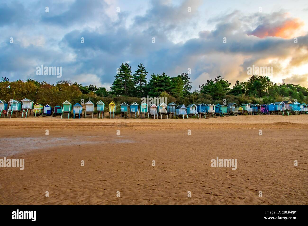 Cabañas de playa en Wells-next-the-sea, Norfolk, Reino Unido, tomadas al atardecer Foto de stock