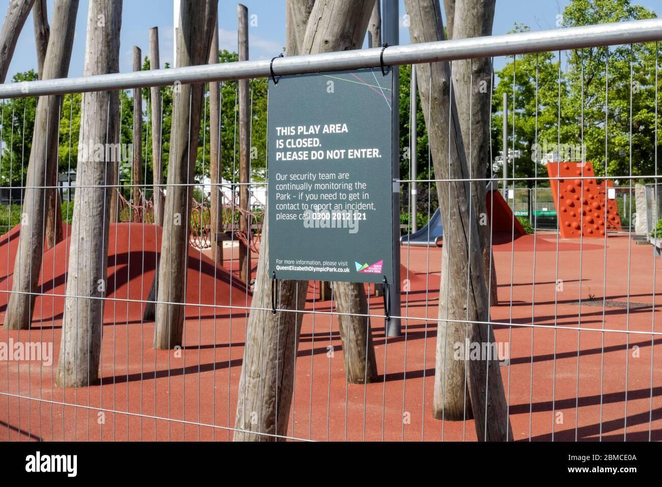 Zona de juegos cerrada y acordonada debido al brote de coronavirus, Londres, Inglaterra Reino Unido Foto de stock