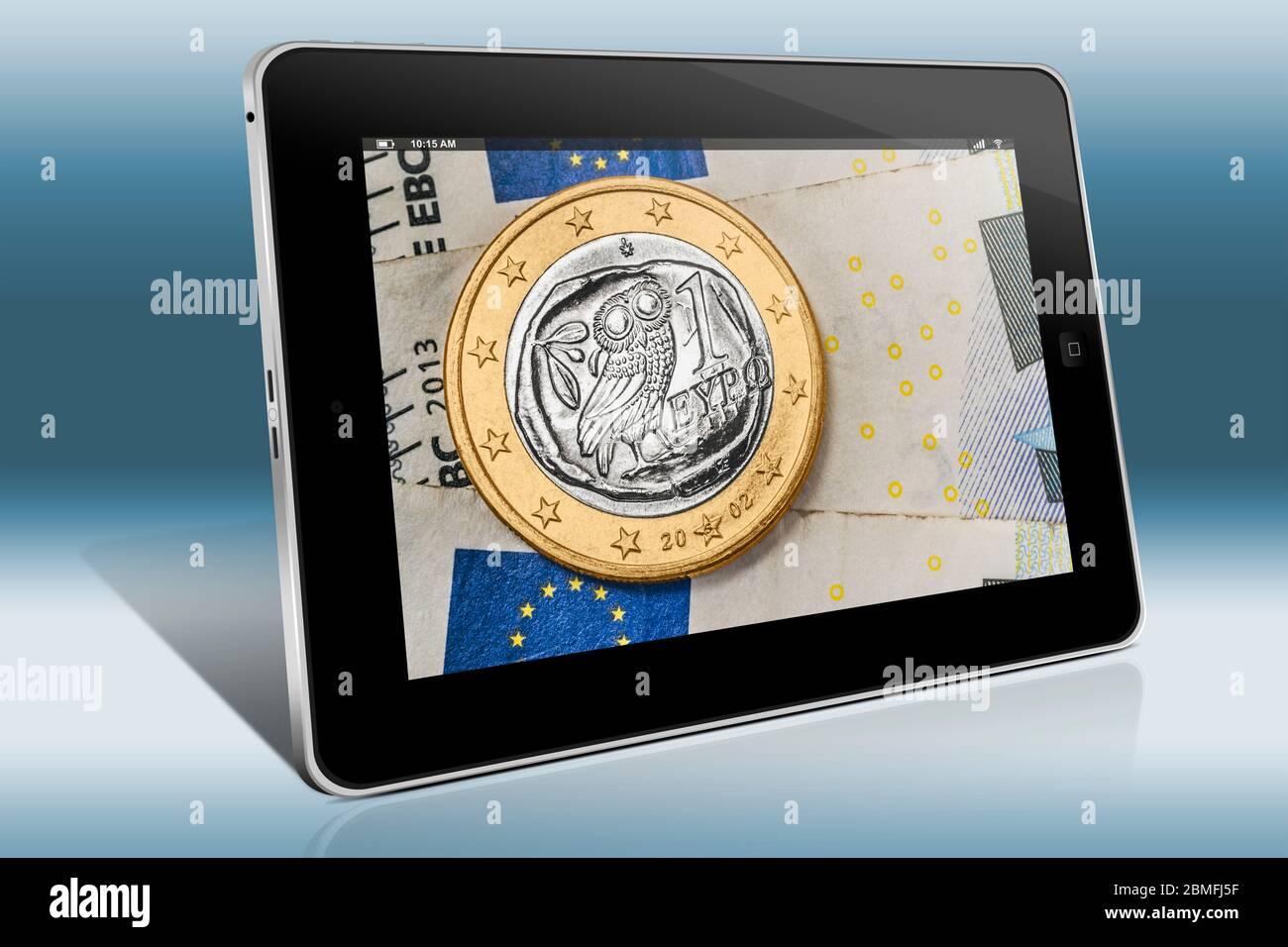 Una moneda de 1 euro de Grecia en billetes de euro, vista en un Tablet PC Foto de stock