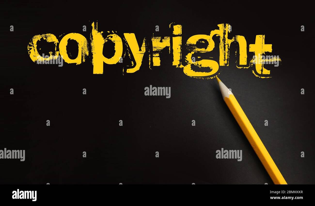 Palabra de copyright en yelow en negro y lápiz además. Concepto legal del propietario de la identidad de Marca comercial Foto de stock