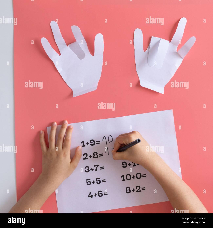 actividad de matemáticas para niños en casa, juegos para niños, entrenamiento de matemáticas, manualidades de papel para niños aprendiendo matemáticas, adición de niños preescolares Foto de stock