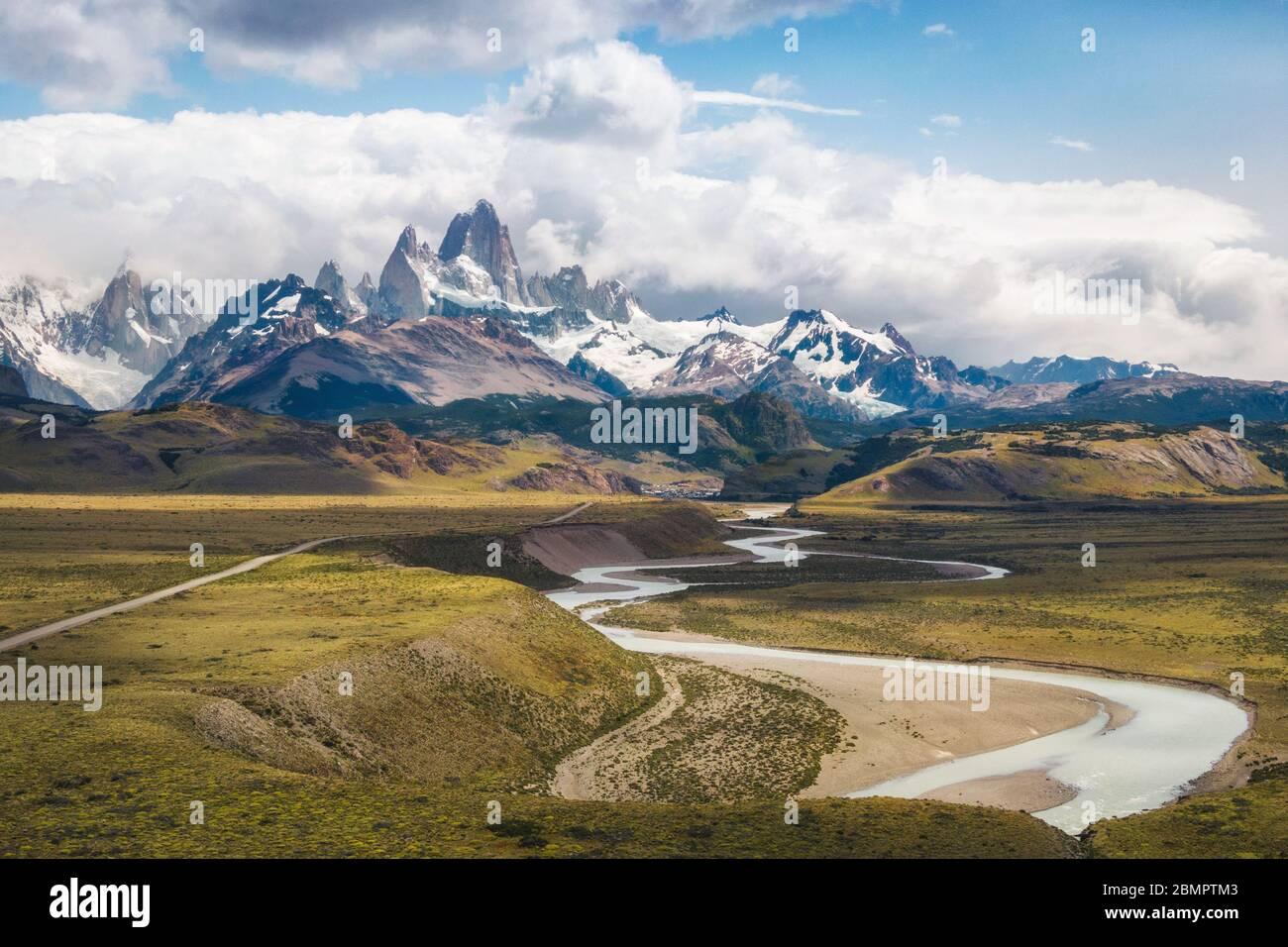 Vista aérea del paisaje de la Patagonia incluyendo el Monte Fitzroy y el Río las vueltas en el Chalten, Argentina, Sudamérica. Foto de stock
