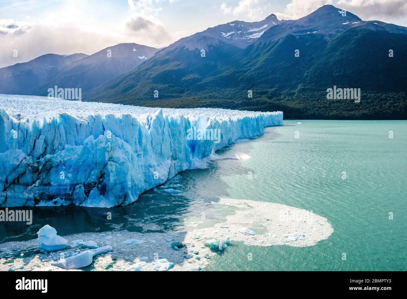 Hielo colapsando en el agua en el Glaciar Perito Moreno en el Parque Nacional los Glaciares cerca de el Calafate, Patagonia Argentina, Sudamérica. Foto de stock