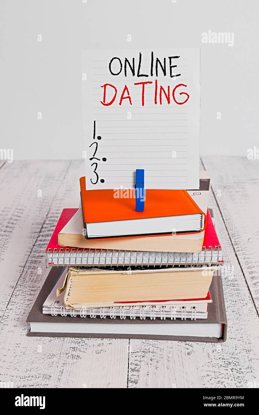 Texto escrito de Word Citas en línea. Foto de negocios exhibiendo Buscando Relaciones de correspondencia eDating Video Chat pila libros apilados pin clo de cuaderno Foto de stock