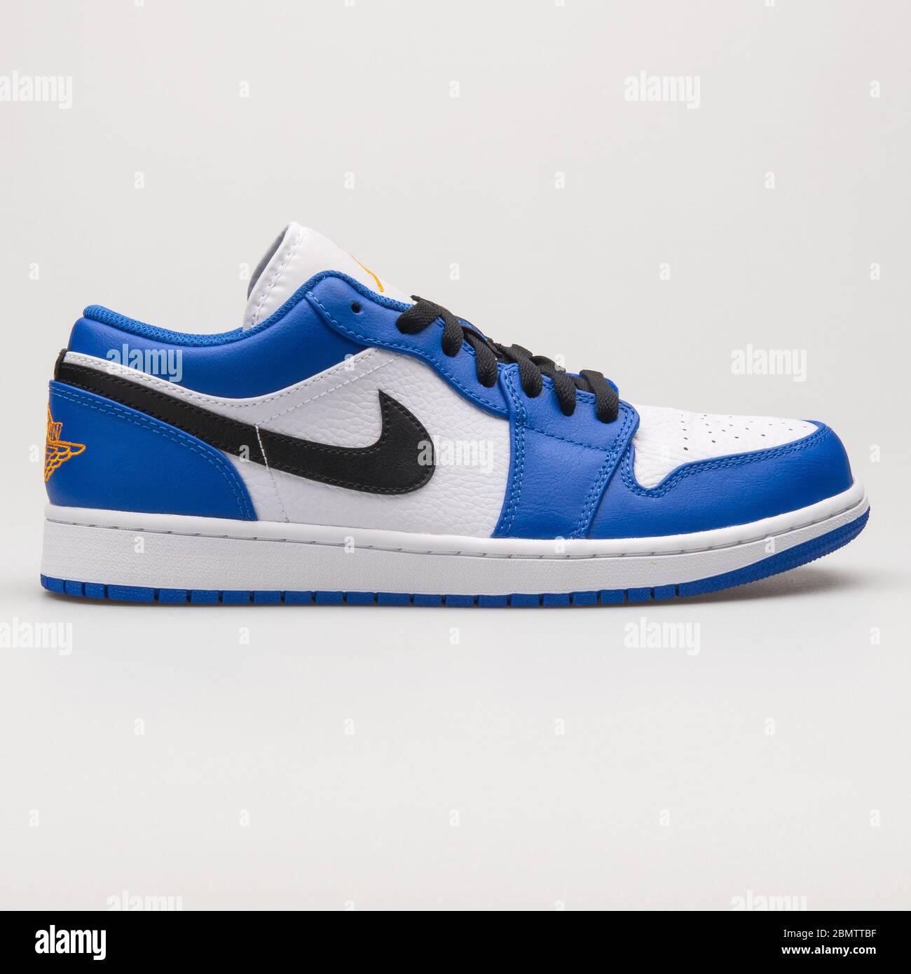 melodía Fuente Observar  VIENA, AUSTRIA - 14 DE JUNIO de 2018: Nike Air Jordan 1 Zapatillas bajas  azules, negras y blancas sobre fondo blanco Fotografía de stock - Alamy