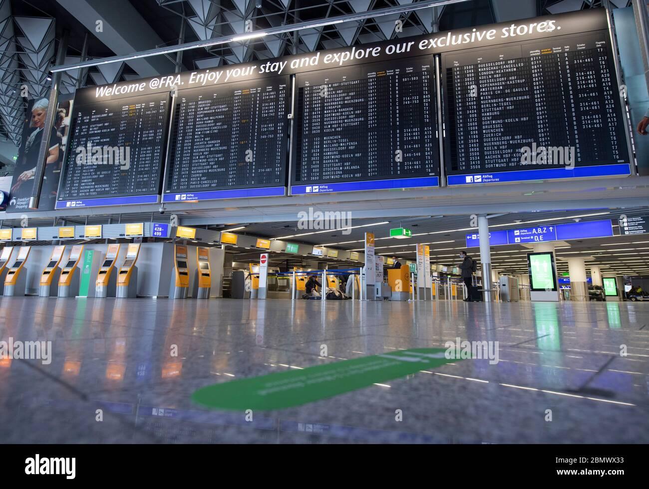11 de mayo de 2020, Hessen, Frankfurt/Main: La terminal 1 del aeropuerto de Frankfurt está casi desierta en los mostradores de facturación de Lufthansa. Lufthansa ha entrado en un desequilibrio financiero masivo como resultado de la pandemia mundial de corona. Foto: Boris Roessler/dpa Foto de stock