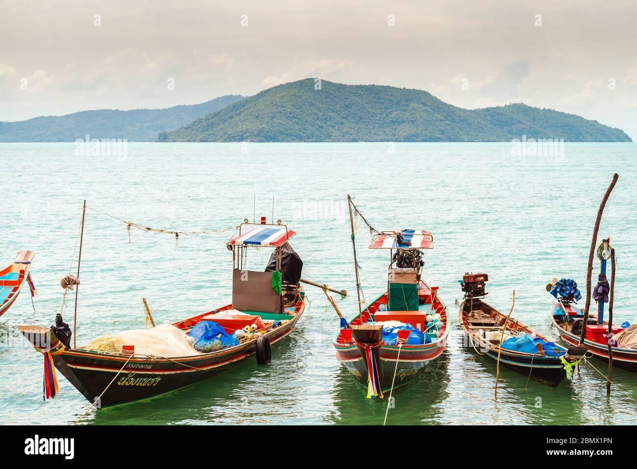 Koh Samui, Tailandia - 2 de enero de 2020: Barcos de pesca de cola larga tailandeses atracados cerca de la playa de Thong Krut en un día Foto de stock