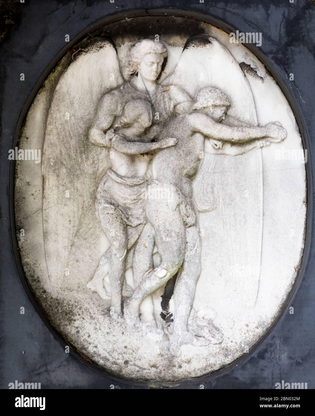 Bajo relieve de dos figuras incisas en una tumba en el cementerio de Brompton, Kensington, Londres; uno de los cementerios de Londres 'Magnificent Seven', construido en 1840 Foto de stock