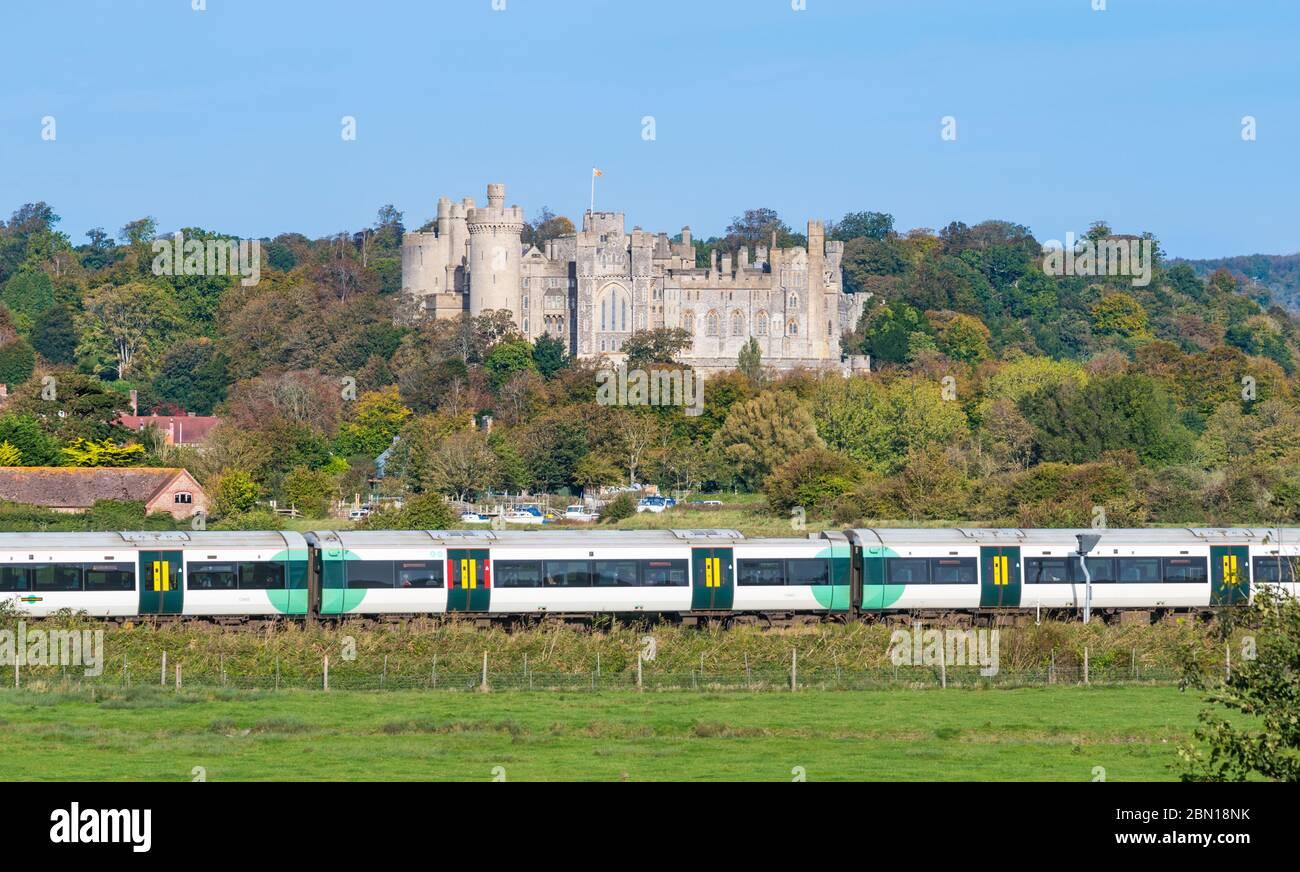 Southern train en el South Downs delante de Arundel Arundel Castle en West Sussex, Inglaterra, Reino Unido. Foto de stock