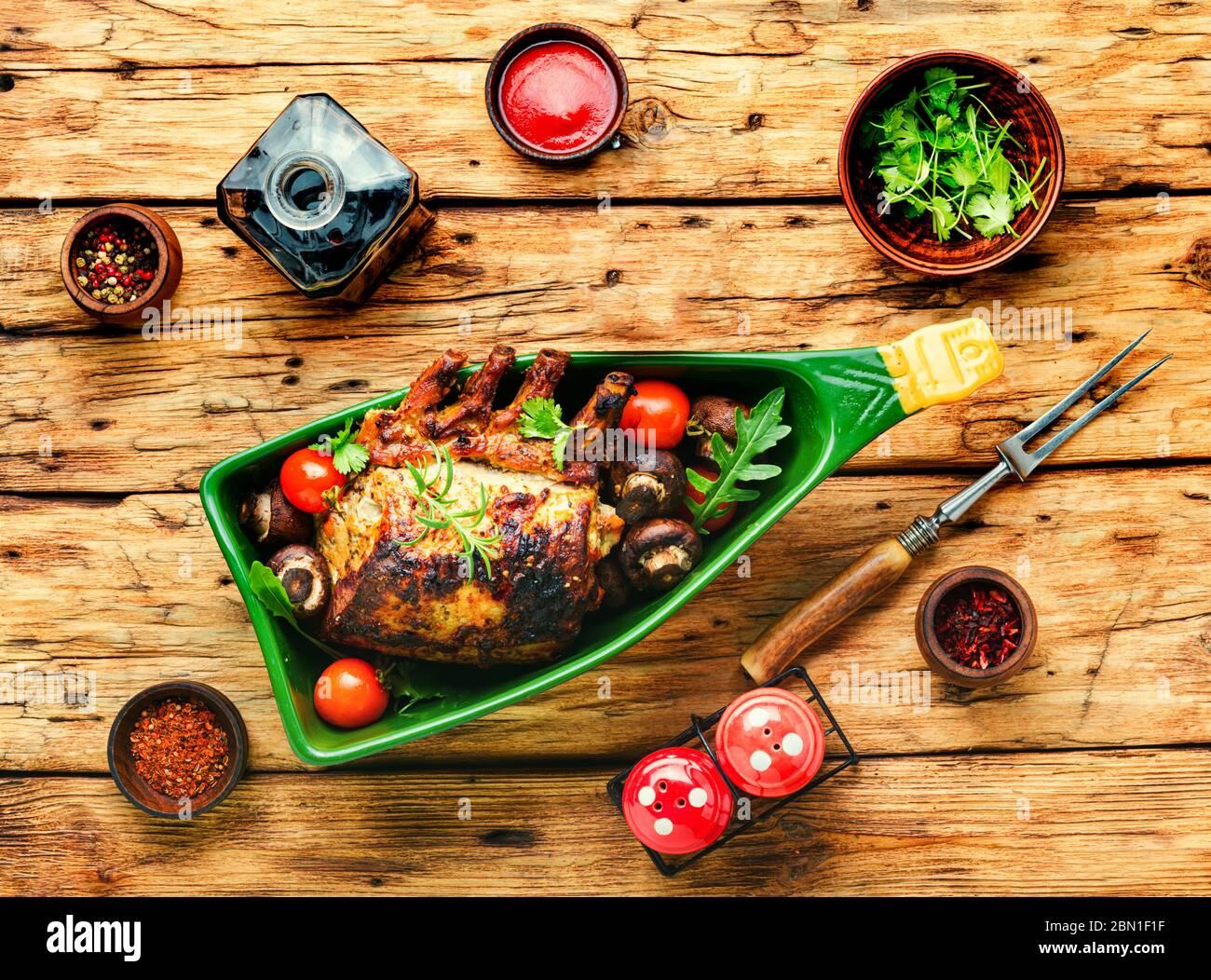 Lomo de cerdo o costilla de cerdo asada con verduras Foto de stock