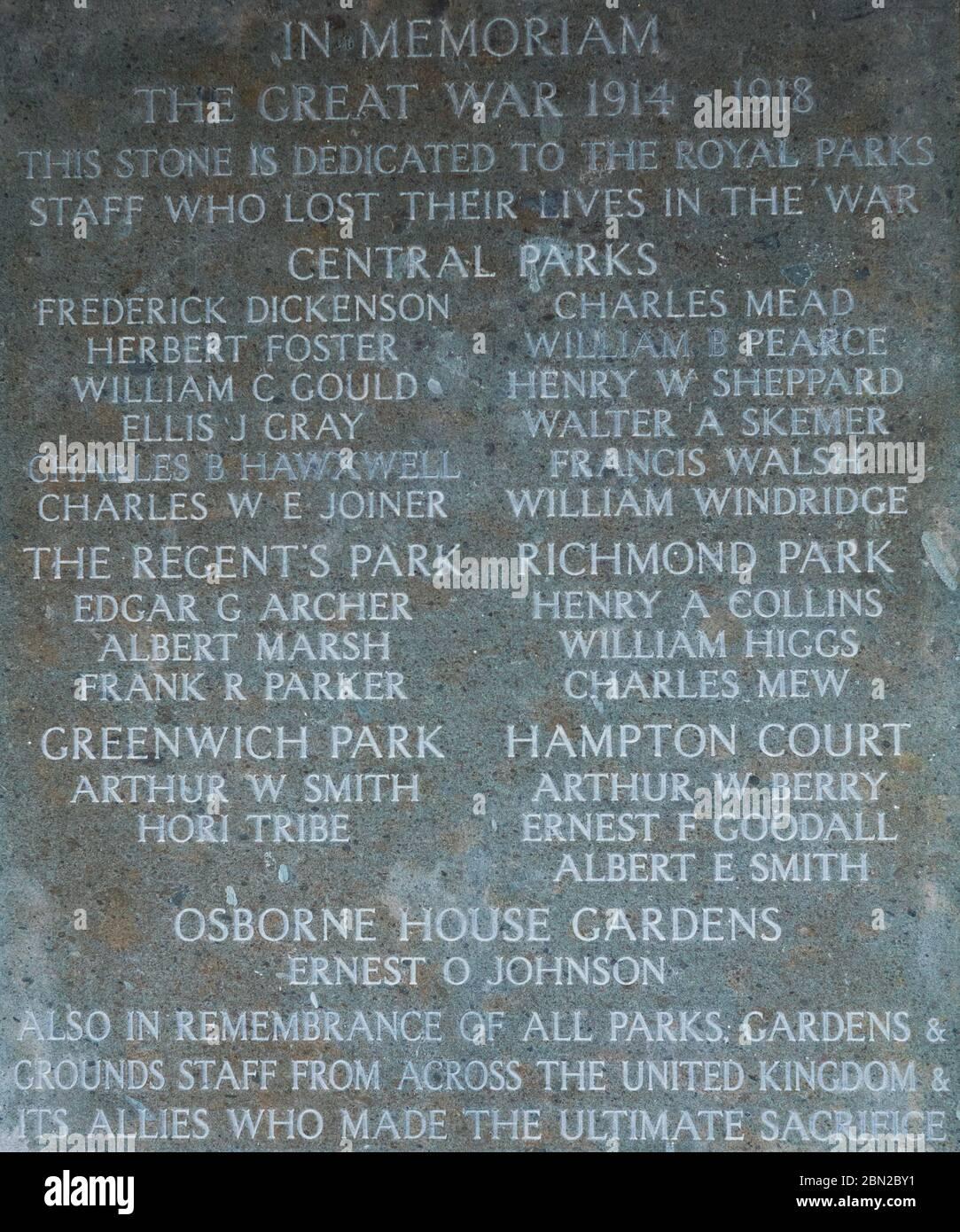 Placa que Marca a los empleados de Royal Parks que cayeron en la Gran Guerra, en la pared de la columnata en el cementerio Brompton, Kensington, Londres, construido en 1840. Foto de stock