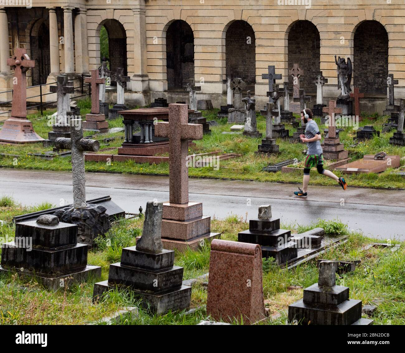 Jogger en el cementerio de Brompton, Old Brompton Road, Kensington, Londres; uno de los siete magníficos cementerios Foto de stock