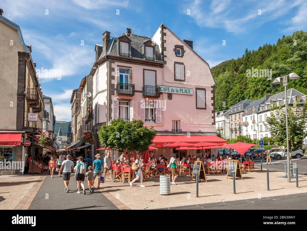 Francia, Puy de Dome, Parque Natural Regional de Volcans d'Auvergne, Mont Dore, cafetería, Place de la Republique // Francia, Puy-de-Dôme (63), Parc nat Foto de stock