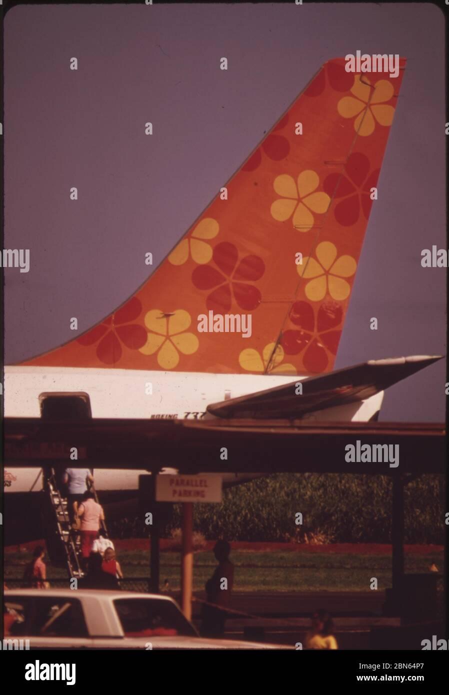 Aloha Airlines en una de las dos principales aerolíneas que conectan las islas, octubre de 1973 por los Archivos nacionales de los Estados Unidos Foto de stock