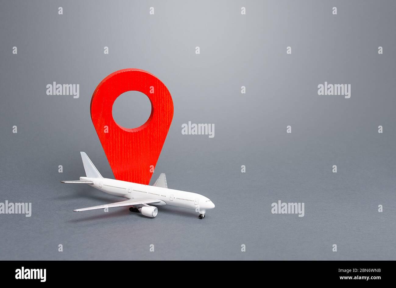 Avión de pasajeros e indicador de ubicación rojo. Viajes aéreos. Nuevas normas para el transporte aéreo de pasajeros, medidas de cuarentena. Apoyo al programa financiero Foto de stock