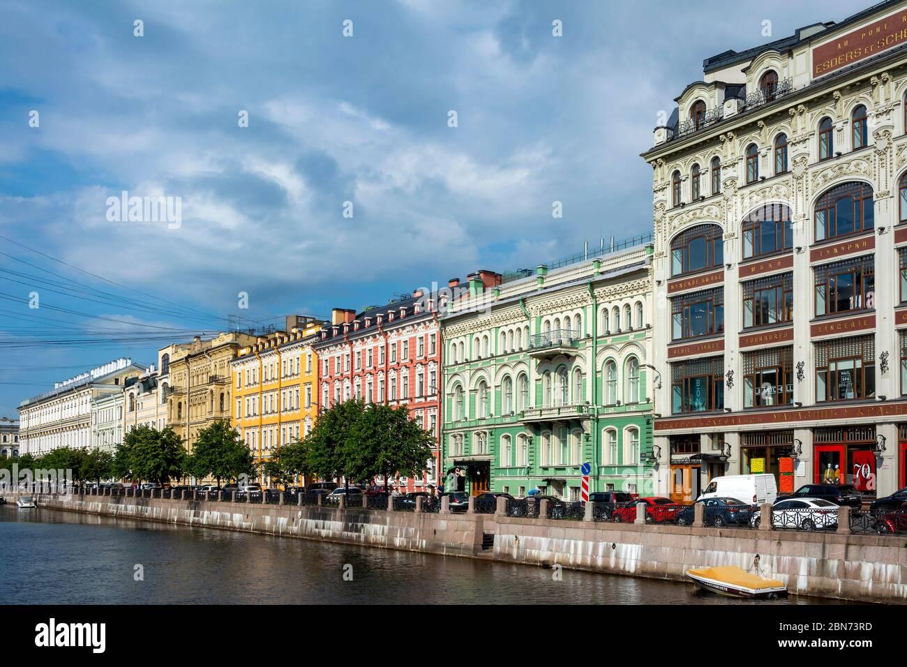 San Petersburgo, dique del río Moika en el puente rojo, paisaje urbano brillante Foto de stock