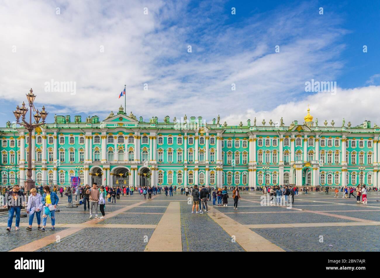 San Petersburgo, Rusia, 3 de agosto de 2019: El edificio del Museo Hermitage del Estado, la residencia oficial del Palacio de Invierno de los emperadores rusos y los turistas están caminando por la Plaza del Palacio Foto de stock
