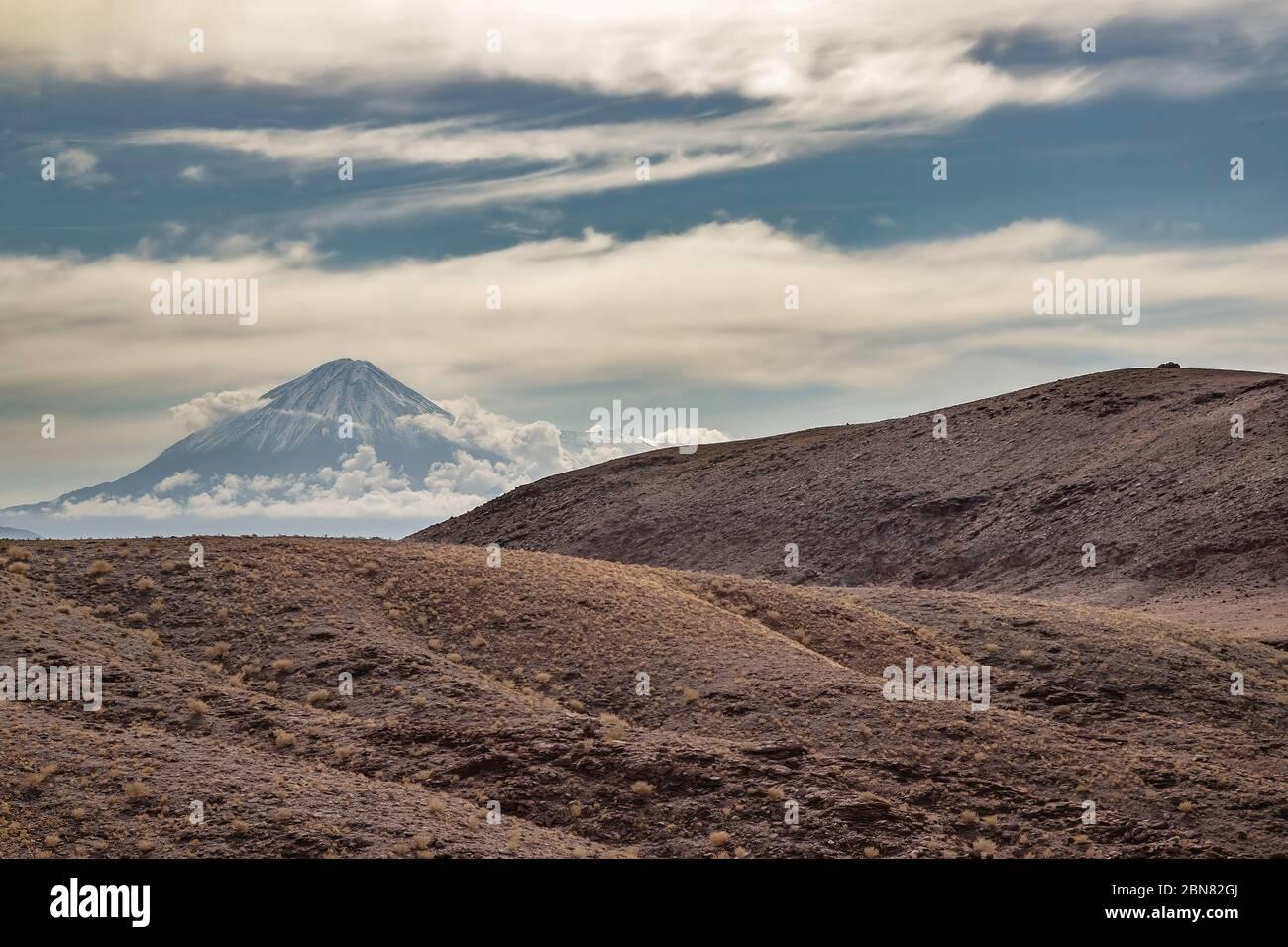 Volcán Licancabur visto desde el norte de San Dedrol de Atacama y la ruta B-245. Foto de stock