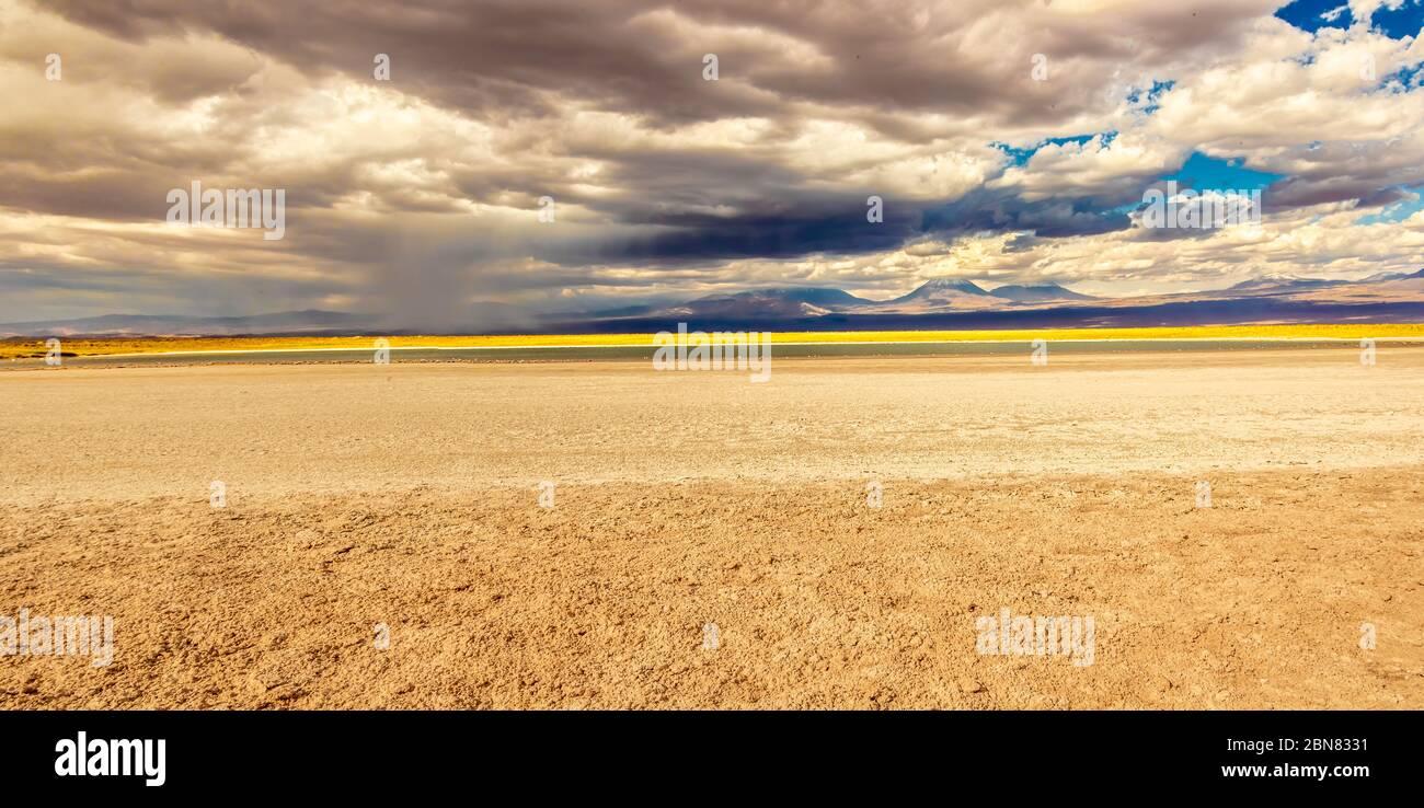 Vistas a la Laguna Piedra y salinas hacia las montañas y el volcán Juriques. San Pedro de Atacama, Antofagasta, Chile Foto de stock