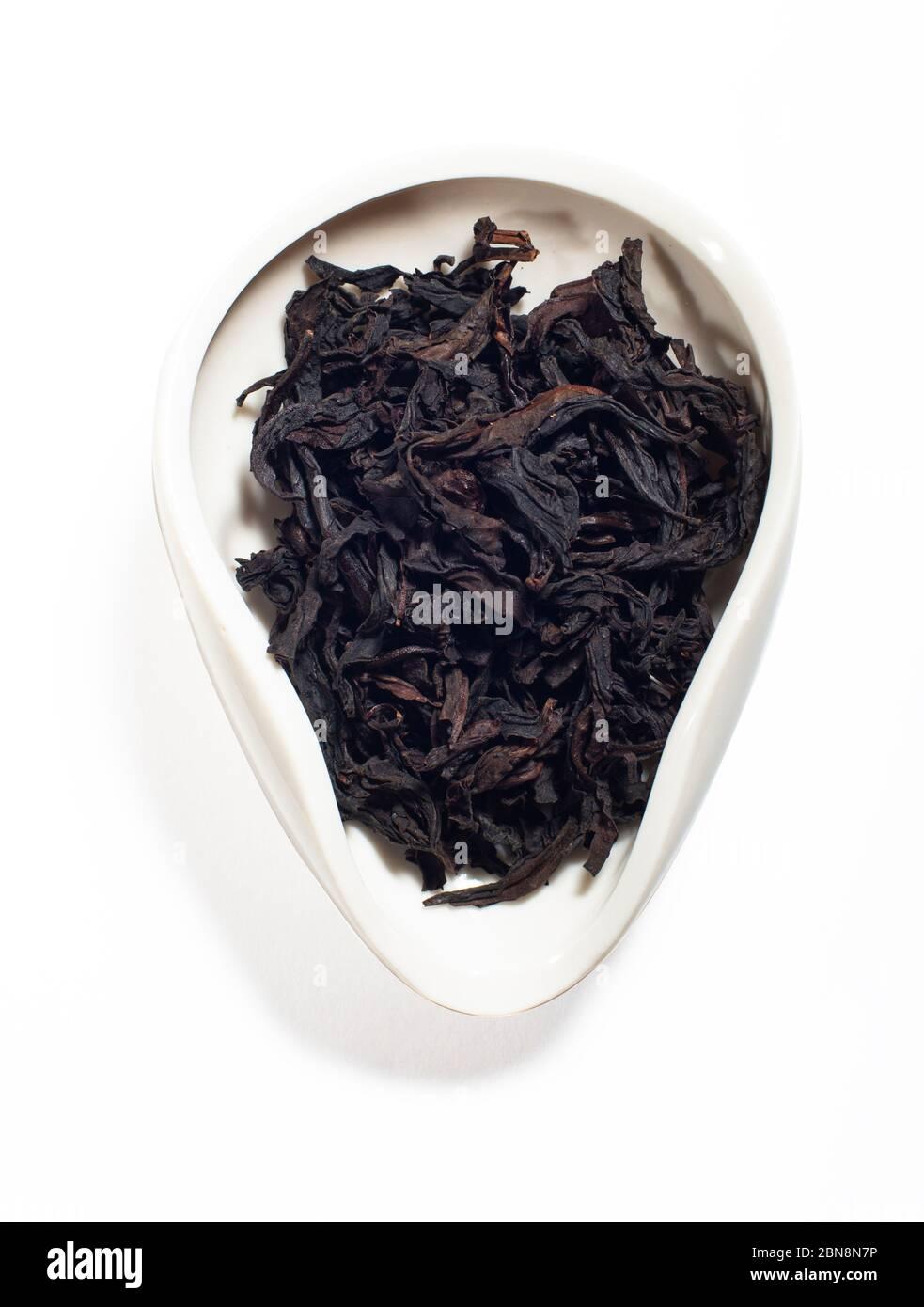 Da Hong Pao Big Red Robe Wuyi Shan asado té ooloong en el tazón de té aislado Foto de stock