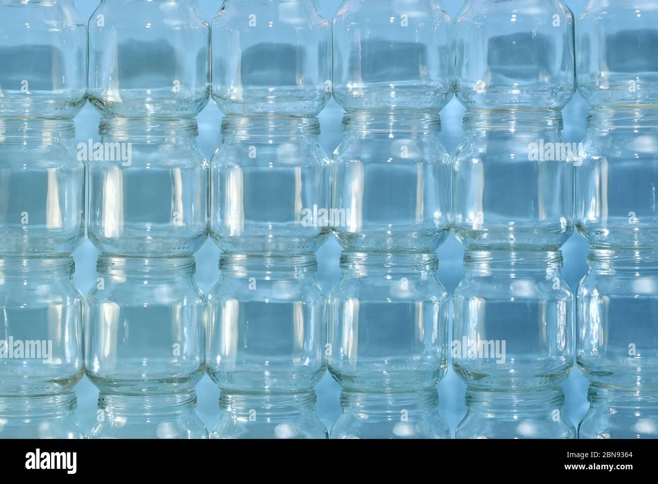 El fondo es de la pared construida de latas pequeñas transparentes, horizontal agrandado fragmento en el centro. Foto de stock