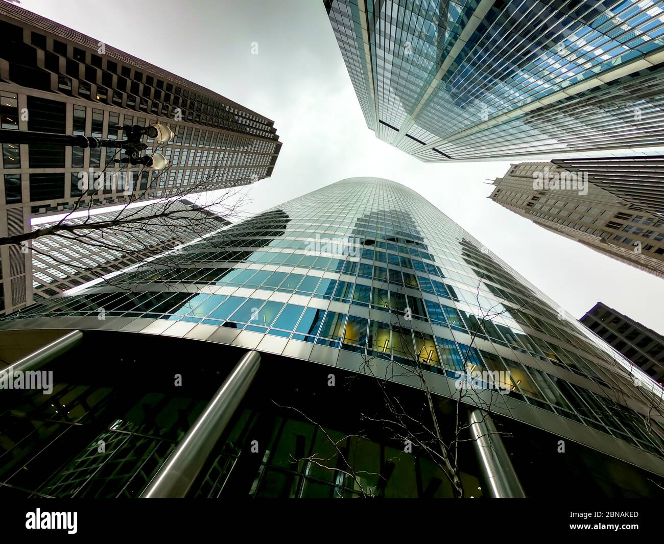 Vista hacia arriba de los rascacielos de chicago y edificios altos de oficinas. Muestra varios estilos arquitectónicos. Illinois ee.UU. Foto de stock