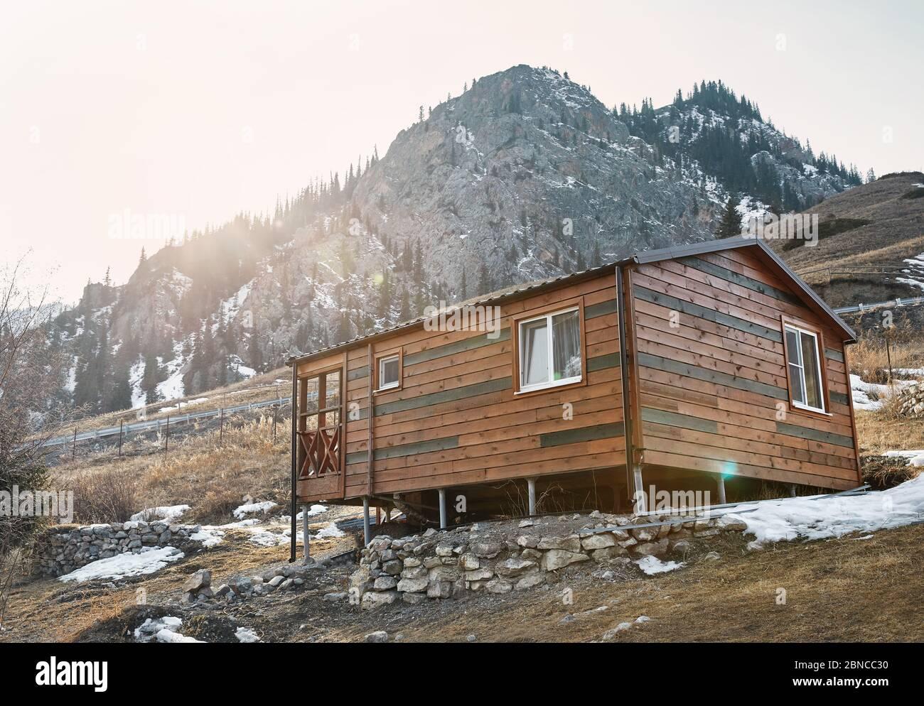 Moderna casa de madera en el complejo de montaña al atardecer Foto de stock
