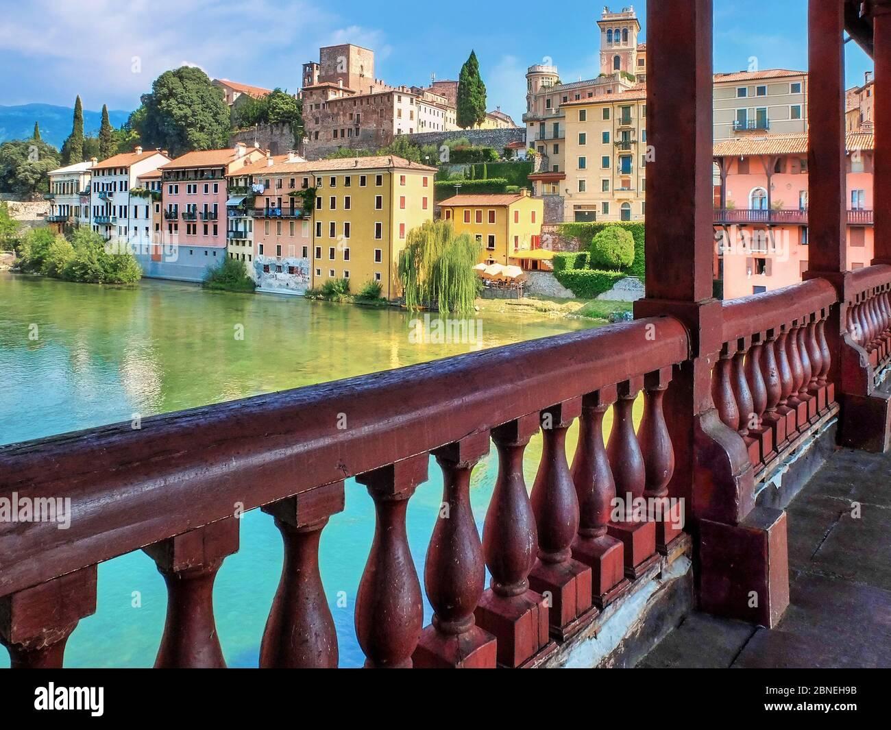 Bassano del Grappa, Italia. Vista sobre el río Brenta desde Ponte Vecchio. En la orilla opuesta se puede ver el castillo medieval que domina la ciudad. Foto de stock