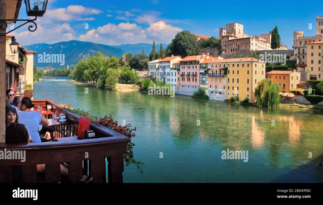 Bassano del Grappa (Vicenza, Italia), vista sobre el río Brenta desde Ponte Vecchio. En la orilla opuesta se puede ver el castillo medieval. Foto de stock