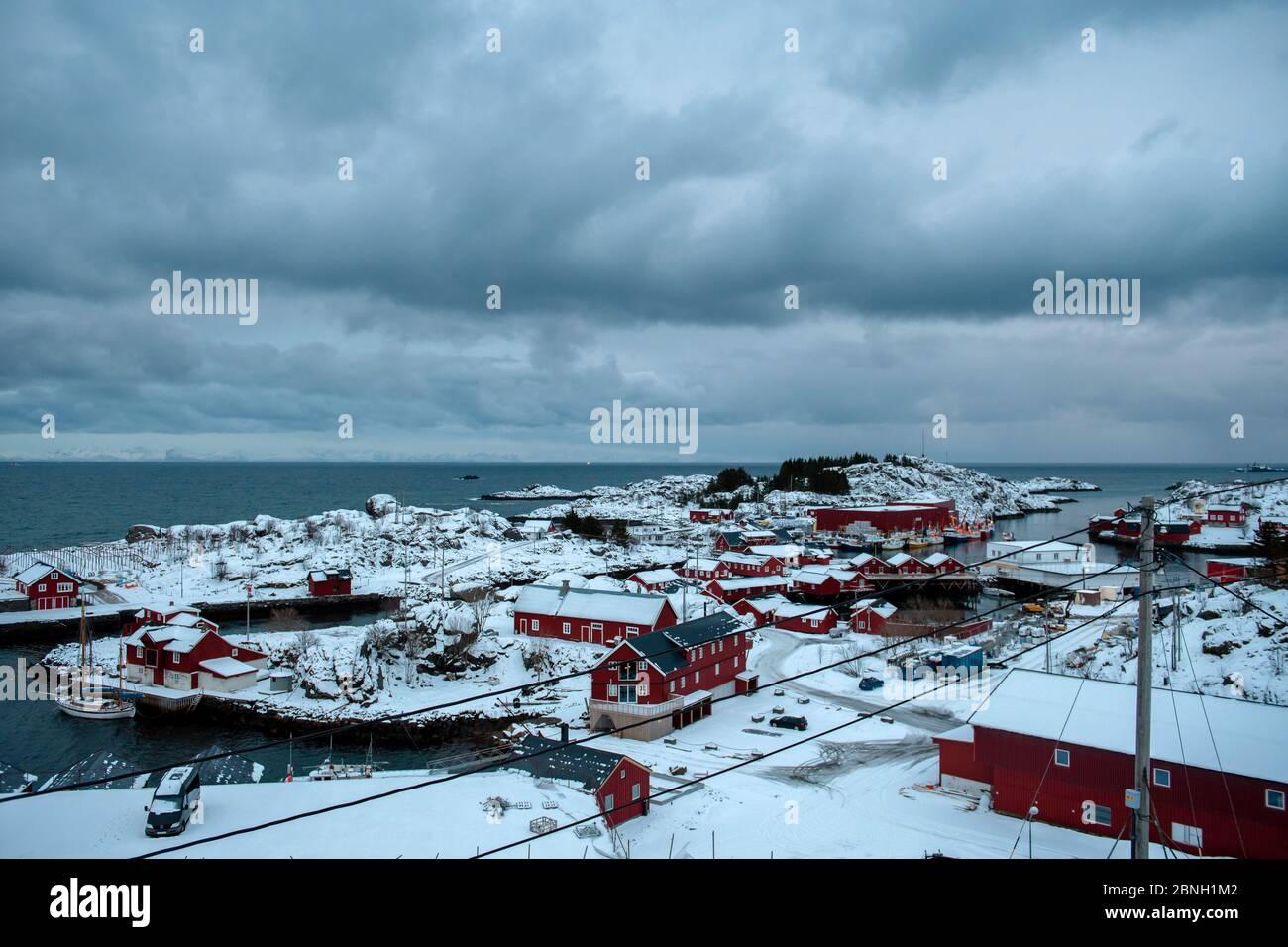 Día de invierno con cielo azul nublado en pequeño pueblo. Islas Lofoten, Noruega Foto de stock