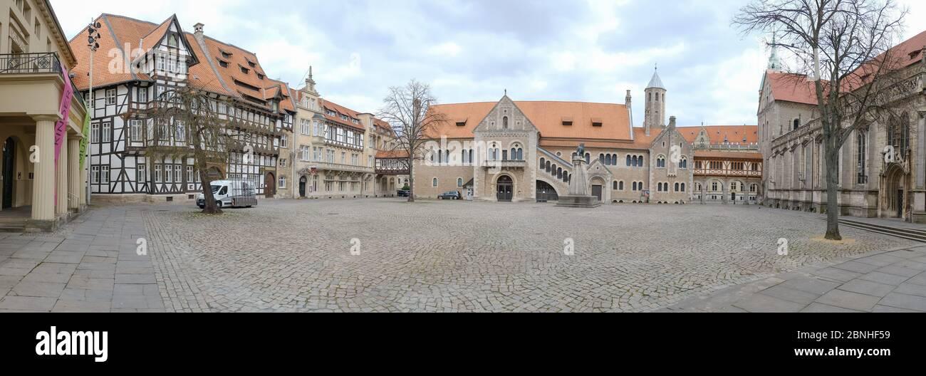 Brunswick, Alemania. 1 de abril de 2020. El panorama muestra la plaza vacía del castillo en Braunschweig. Para frenar la propagación del coronavirus, el gobierno federal ha restringido considerablemente la vida pública. Crédito: OLE Spata/dpa/Alamy Live News Foto de stock