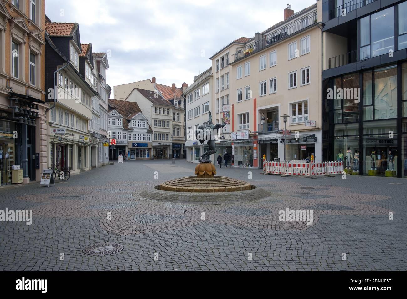 Brunswick, Alemania. 1 de abril de 2020. La zona peatonal vacía en Braunschweig. Para frenar la propagación del coronavirus, el gobierno federal ha restringido considerablemente la vida pública. Crédito: OLE Spata/dpa/Alamy Live News Foto de stock