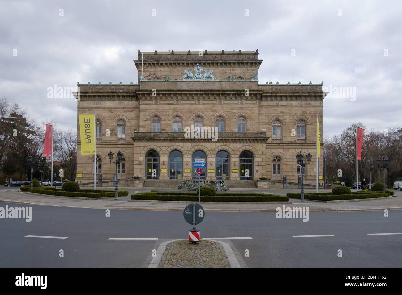 Brunswick, Alemania. 1 de abril de 2020. 'Pausa' está escrito en una bandera frente al Teatro Estatal Braunschweig. Para frenar la propagación del coronavirus, el gobierno federal ha restringido considerablemente la vida pública. Crédito: OLE Spata/dpa/Alamy Live News Foto de stock