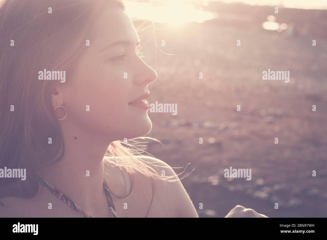 Maravillosa joven caucásica chica en colores vintage soleado retrato - caucásica modelo de belleza femenina con el sol en contraluz y fondo - al aire libre actividad dama Foto de stock