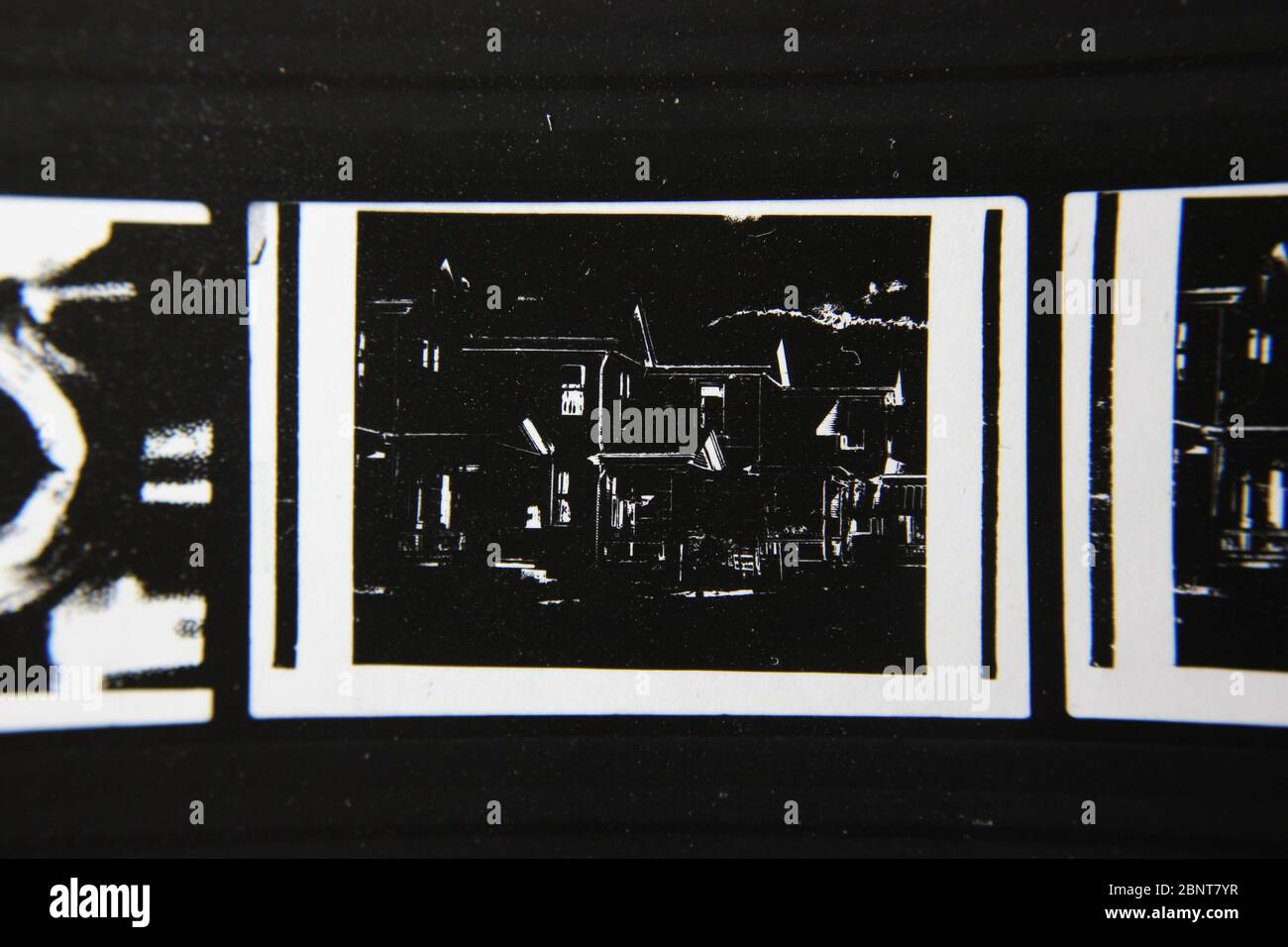 Foto extrema de los 70s de la vendimia fina del contacto impresión en blanco y negro de un desarrollo de casas residenciales de clase media. Foto de stock