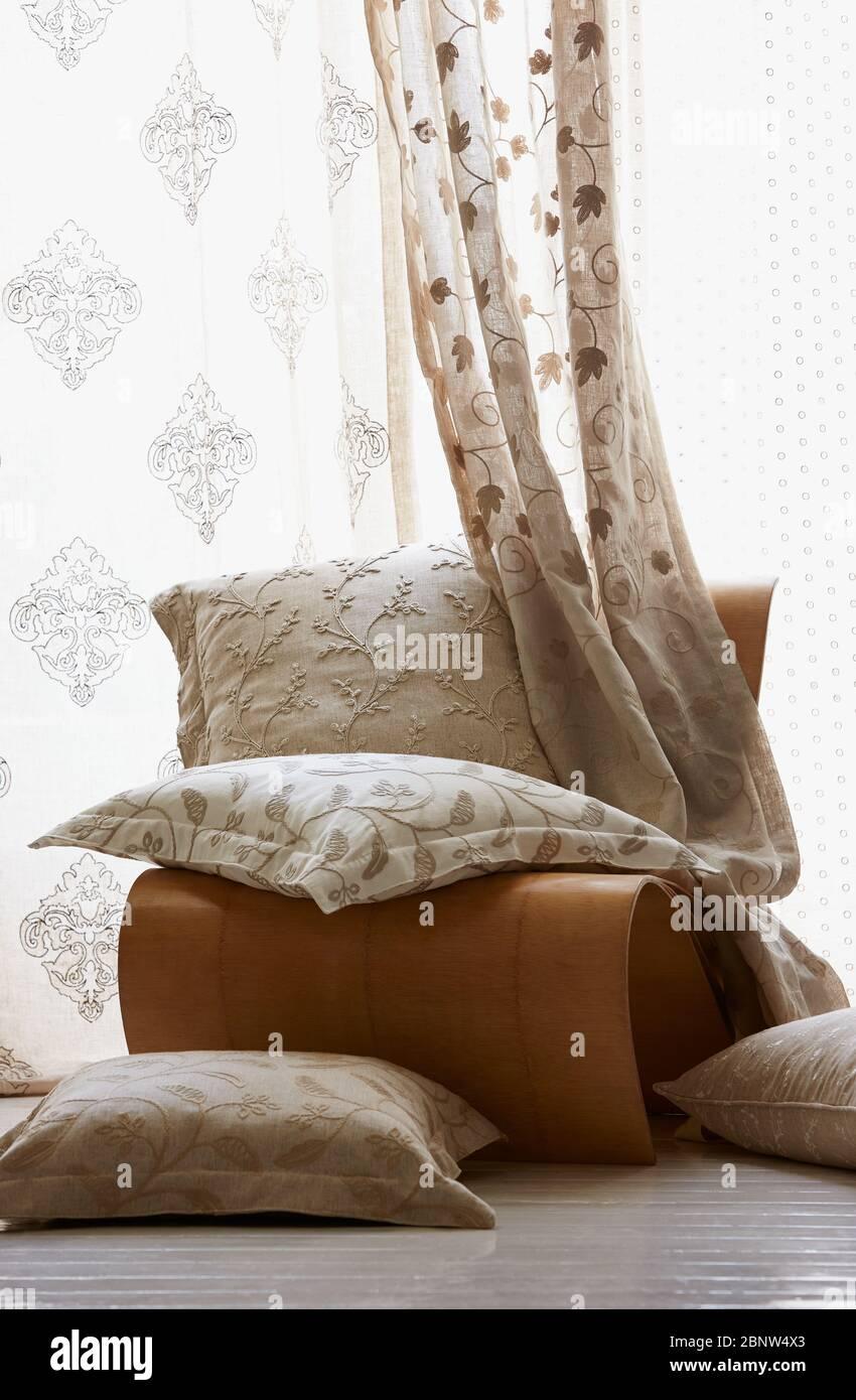 Cuatro Almohadas Blancas En La Cama Indoor Imagen de archivo