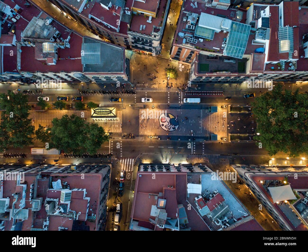 Las Ramblas y miro mosaico vista aérea Barcelona Cataluña España. La Rambla es una calle en el centro de Barcelona. Una calle peatonal arbolada, que str Foto de stock