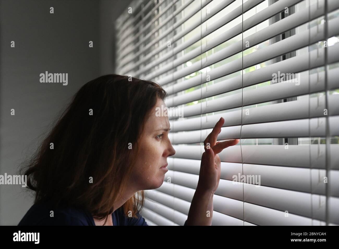 Mujer adulta que sufre de agorafobia, miedo a lugares y situaciones que pueden causar pánico, impotencia o vergüenza. Una fobia progresiva puede Foto de stock