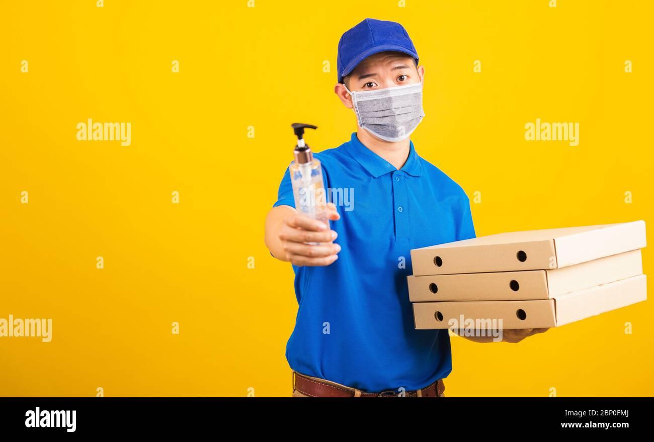 El joven hombre de parto asiático en azul uniforme con