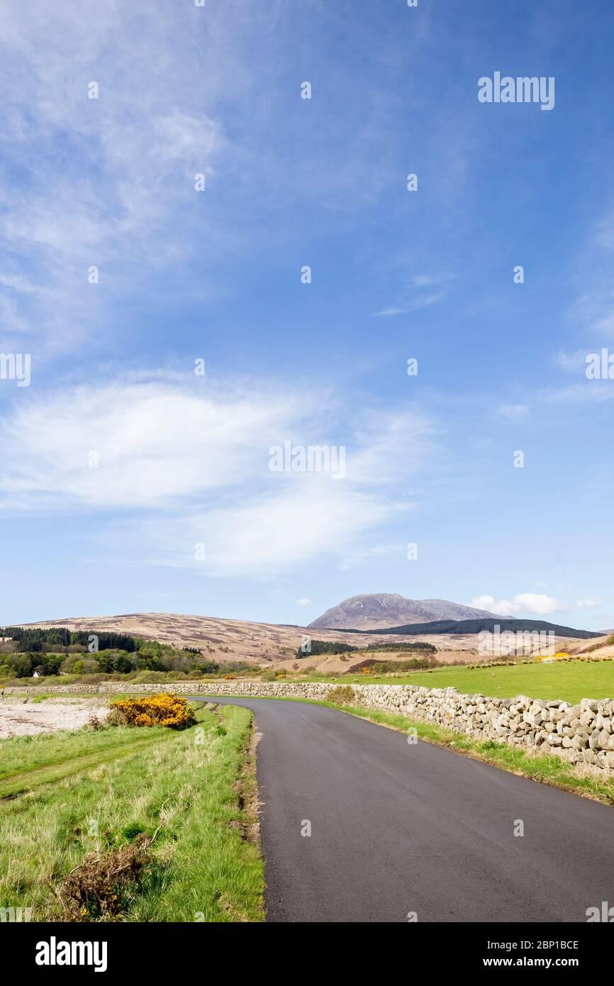 Carretera abierta en Arran en Escocia Foto de stock