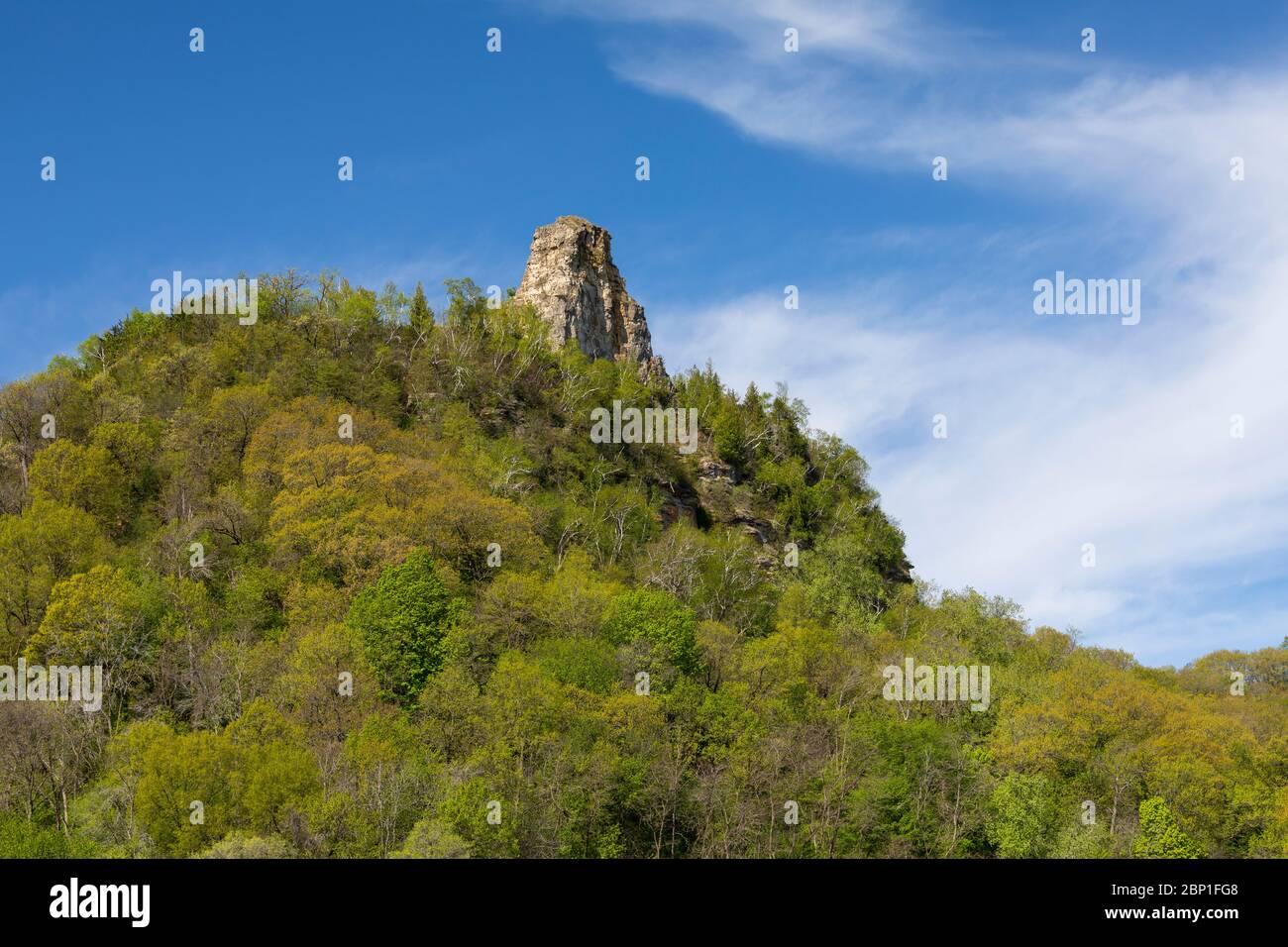 Pan de azúcar - una formación rocosa en la cima de una colina durante la primavera. Foto de stock