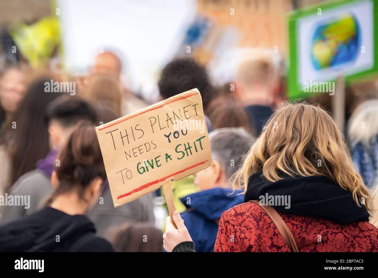Los alumnos se manifiestan con carteles de protesta durante los viernes para la futura huelga climática en la Puerta de Brandenburgo -Pariser Platz- en Berlín. Foto de stock