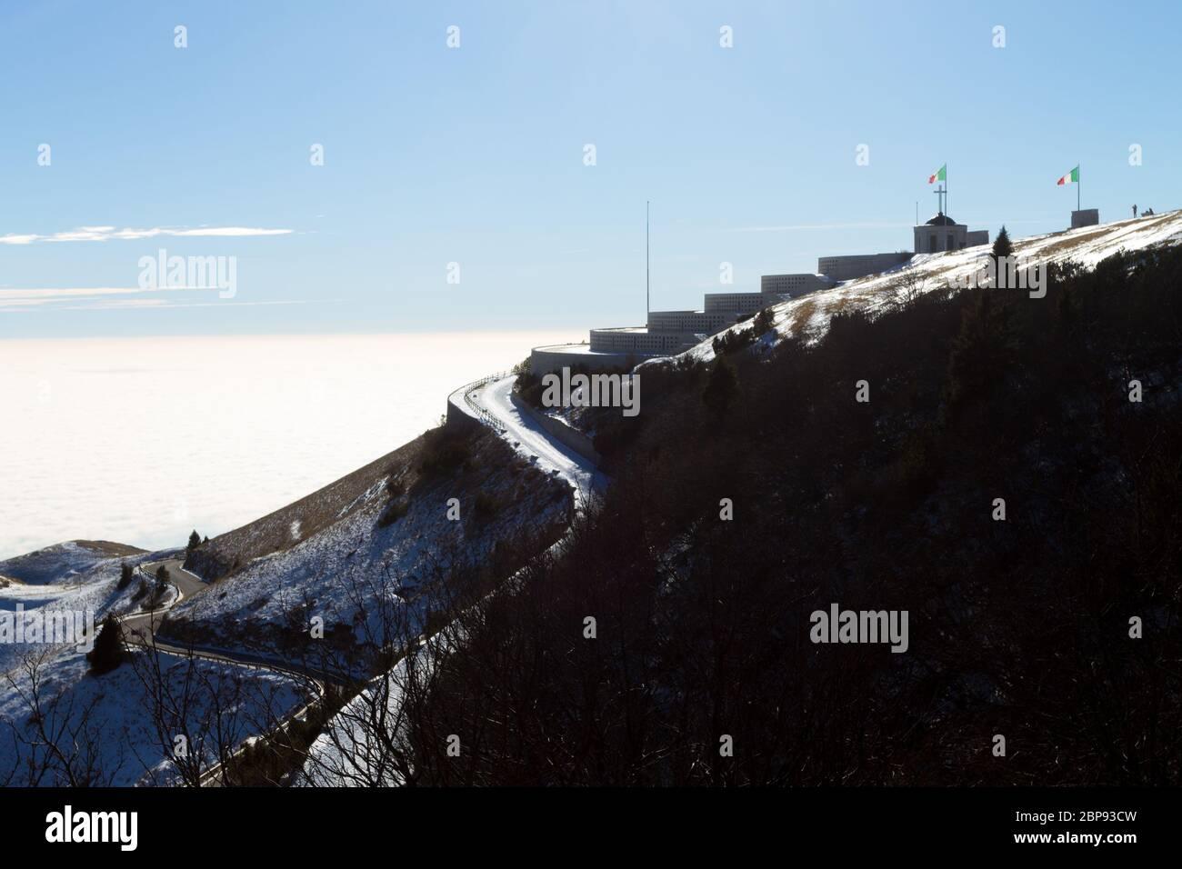 Monte Grappa primera guerra mundial memorial vista invernal, Italia. Hito italiano Foto de stock