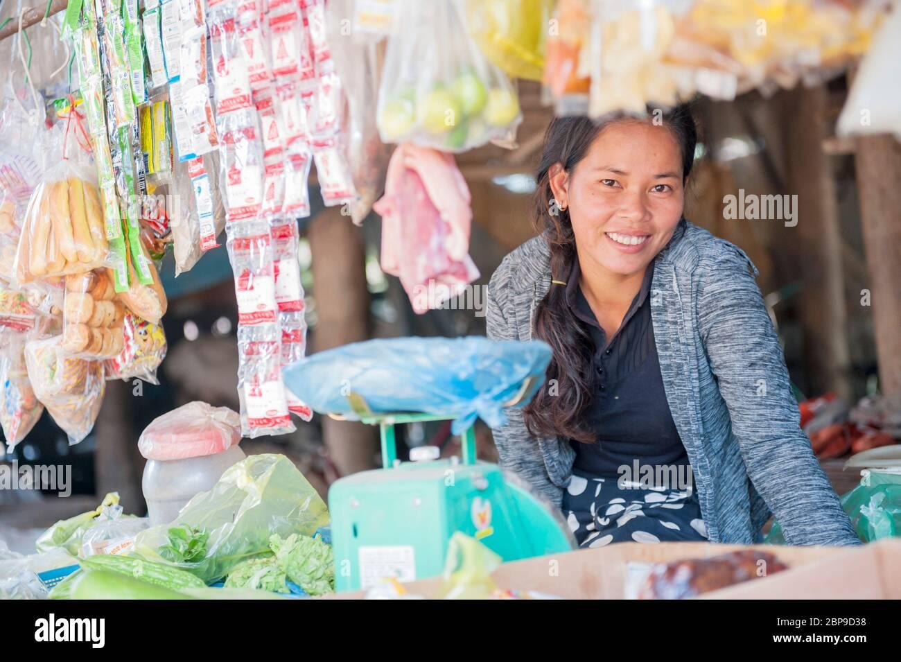 Retrato de una mujer camboyana en su tienda, provincia de Kampong Cham, Camboya, sudeste asiático Foto de stock