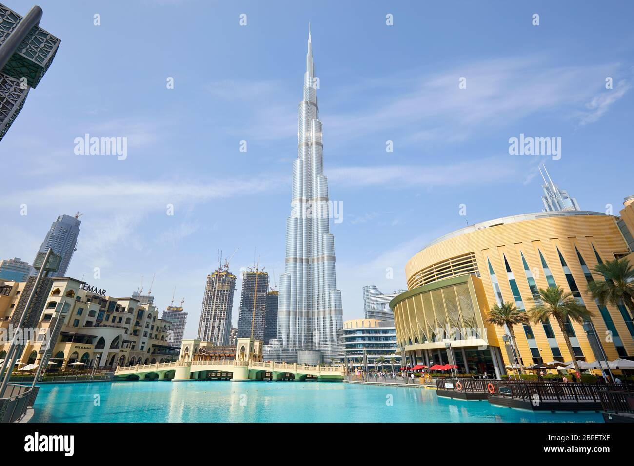 DUBAI, EMIRATOS ÁRABES UNIDOS - 19 DE NOVIEMBRE de 2019: Burj Khalifa rascacielos Dubai Mall y lago artificial en una mañana soleada Foto de stock