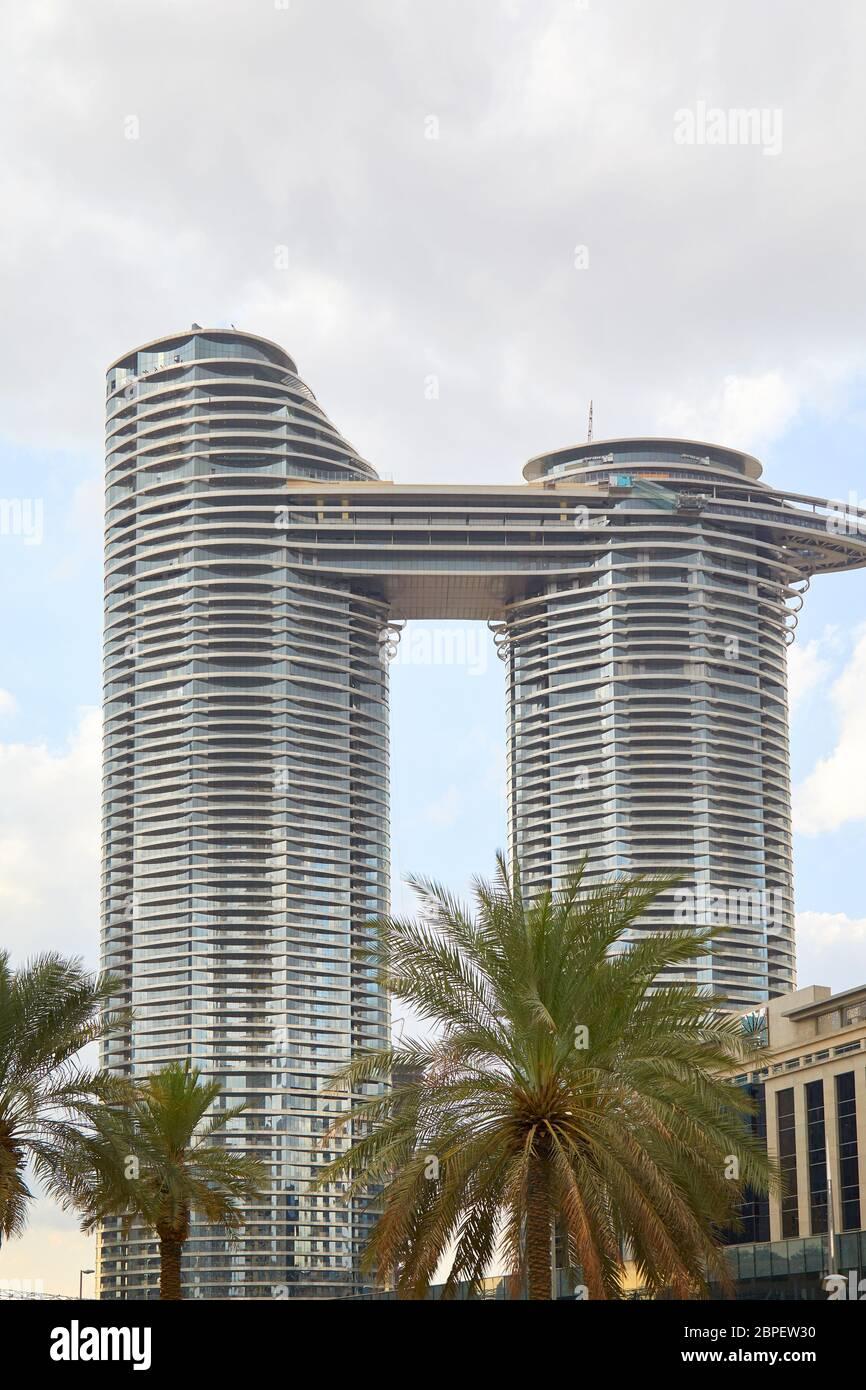 DUBAI, EMIRATOS ÁRABES UNIDOS - 21 DE NOVIEMBRE de 2019: Dirección Sky Ver hotel de lujo con palmeras, cielo nublado en Dubai Foto de stock