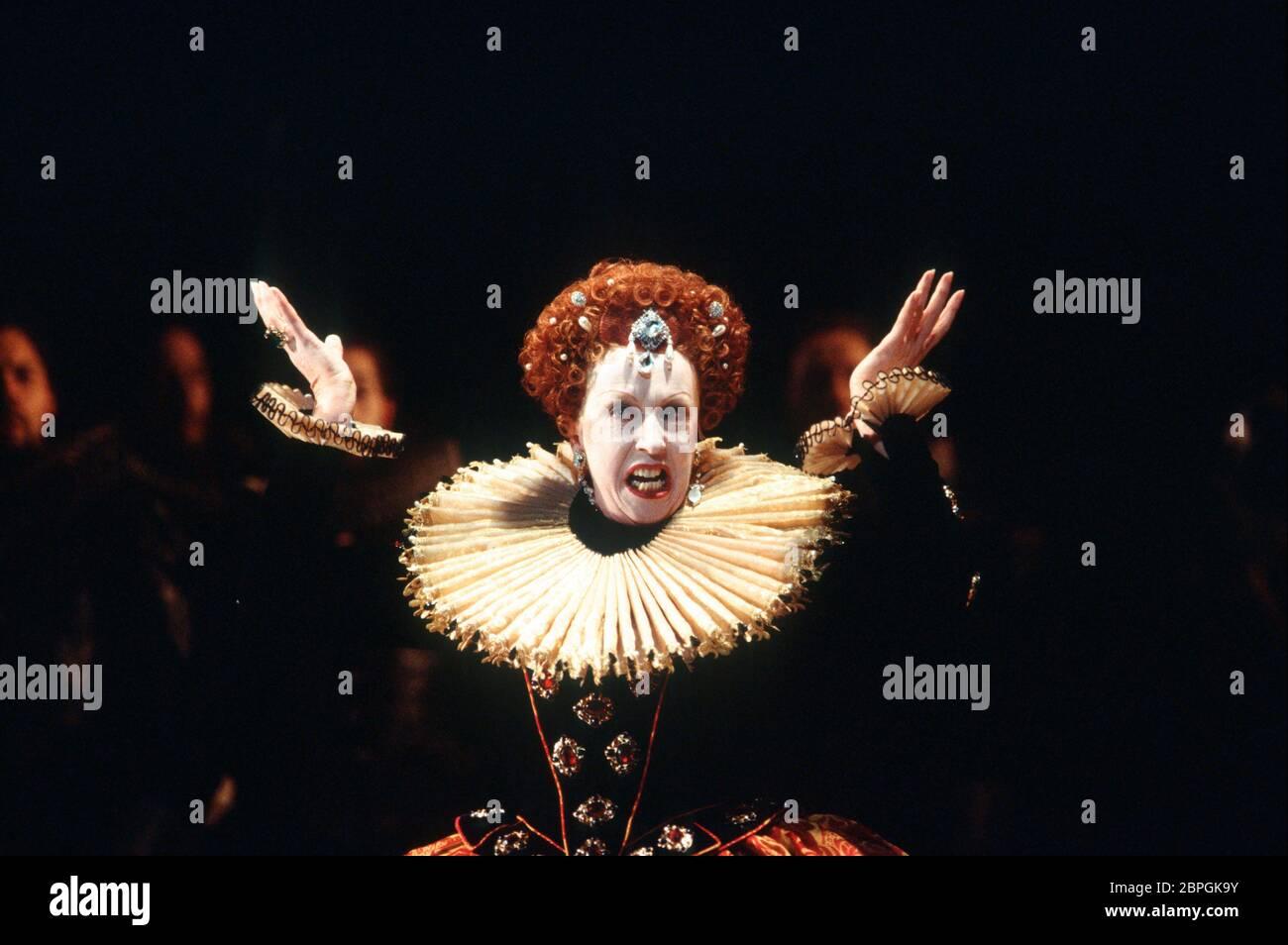 Josephine Barstow (Reina Isabel I) en GLORIANA por Benjamin Britten en Opera North, Leeds, Inglaterra en 1993 libreto: William Plomer basado en 'Elizabeth y Essex: A trágica Historia' por Lytton Strachey director: Paul Daniel diseño: Anthony Ward director: Phyllida Lloyd Foto de stock