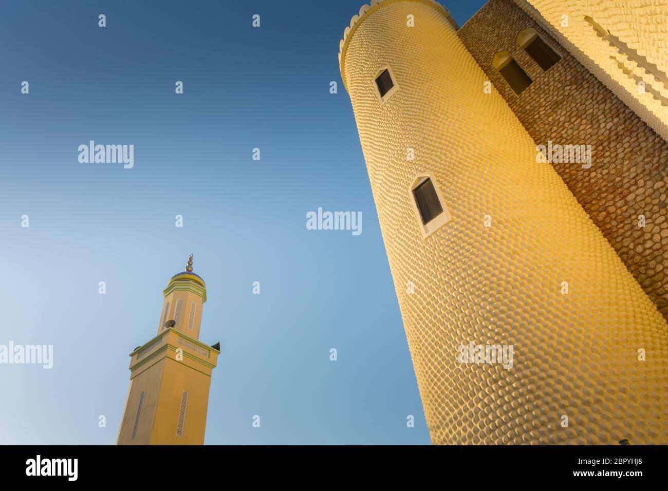 Vista nocturna de la mezquita en el zoco de Muttrah, Mascate, Omán, Oriente Medio, Asia Foto de stock